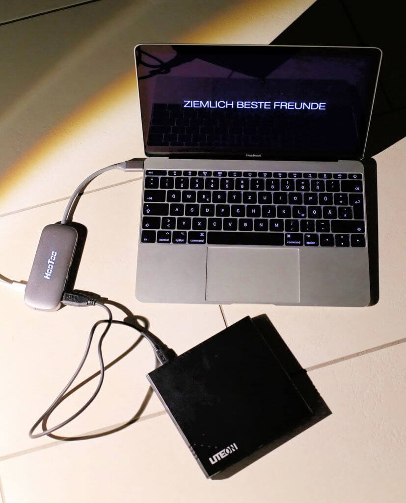 Im Foto meiner Leserin Brigitte: ihr 12-Zoll MacBook mit HooToo USB-C Hub und LiteOn DVD-Brenner – funktioniert alles wie es soll!