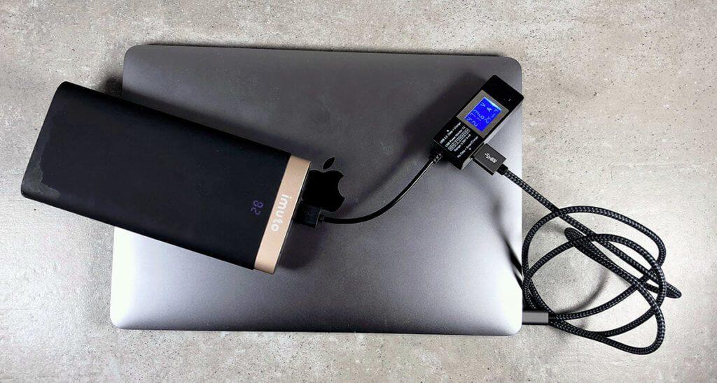 Durch die hohe Kapazität von 20.000 mAh läßt sich die Powerbank mit dem entsprechenden USB-C-Ladekabel auch problemlos zum (langsamen!) Laden des MacBooks einsetzen.