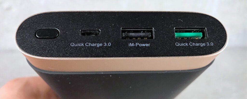 """Die iMuto kann nicht nur über den entsprechenden USB-Port andere Geräte über QuickCharge aufladen. Auch der Zusatzakku selbst kann über den QC 3.0 Standard sehr schnell """"gefüllt"""" werden."""