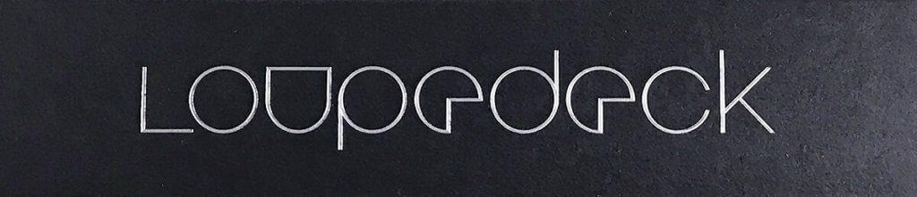 Die Verpackung des Loupedeck ist recht edel gestaltet: Hier das geprägte und versilberte Loupedeck-Logo auf der Aussenseite der Packung.
