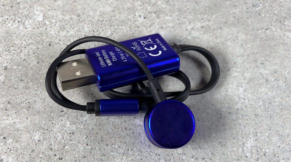 Mit etwas Übung kann man das Ladegerät mit dem Kabel und den Magnetköpfen klein zusammenpacken.
