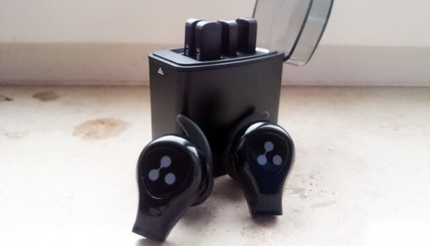 Die mit den drei Punkten des Hersteller-Logos ausgestatteten Tasten der Syllable D9X Kopfhörer machen ein unschönes Klick-Geräusch.