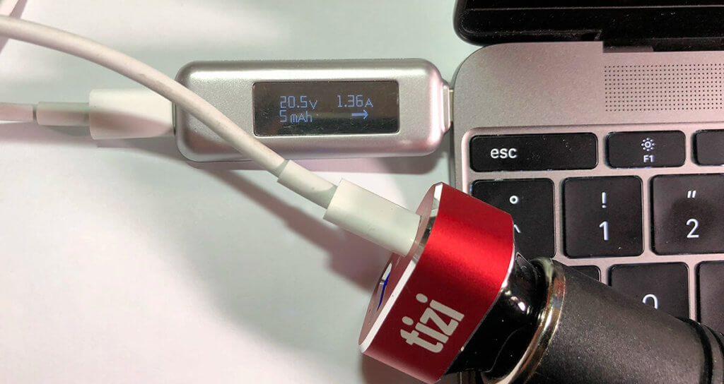 Ungewöhnlich: Laut Equinux fragen Geräte bei 30 Watt selten eine Ladespannung von 20 Volt an. Der tizi KFZ-Ladeadapter unterstützt aber sogar SPannungen bis 20 Volt, wie man am USB-Multimeter sehen kann.