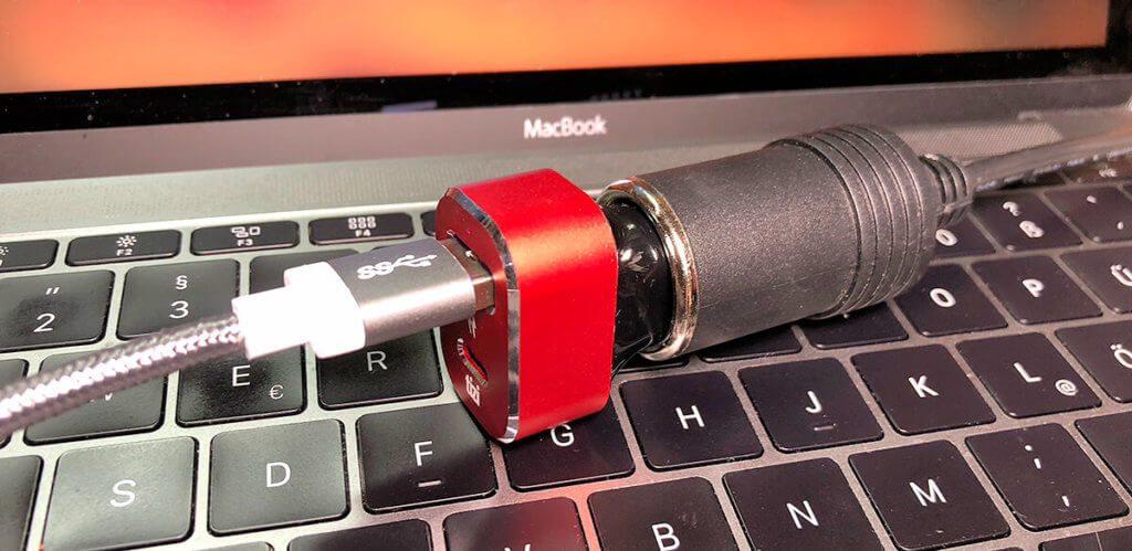 Mit dem Turbolader läßt sich das MacBook (12 Zoll) auch im Lauifenden Betrieb laden.