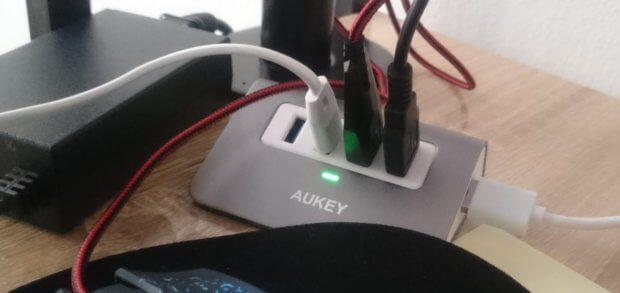 Minimalistischer Schreibtisch oder Kabelsalat: der 4-Port USB 3.0 Hub von AUKEY zeigt sich nicht nur einsatzbereit, sondern ist auch nett anzuschauen.