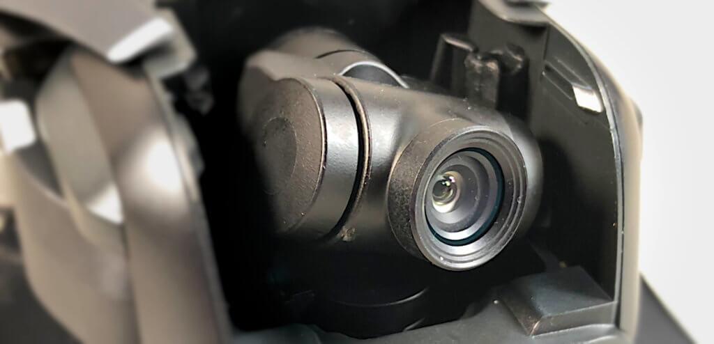 Den vorderen Ring an der Kamera der Mavic Air muss man abschrauben, um danach einen ND-Filter aufschrauben zu können. Aufgrund der fortschreitenden Miniaturisierung eine echte Herausforderung für große Finger.
