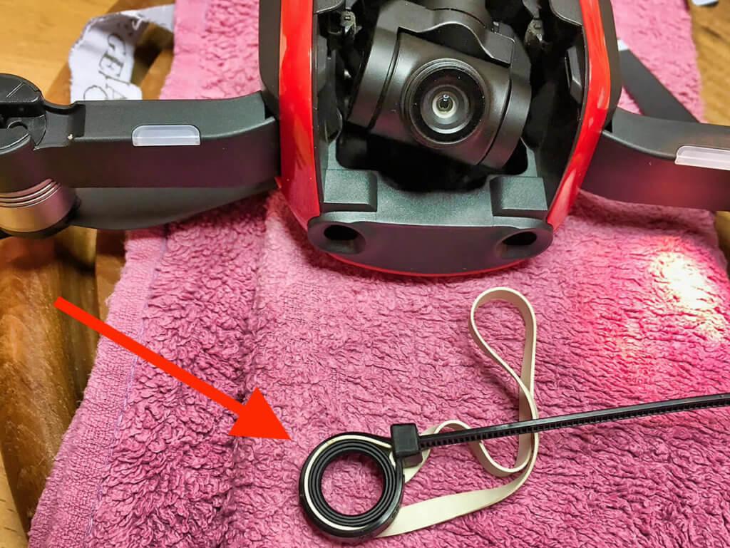 Hier wurde der Aluring am Objektiv mit einem Flachgummi und einem Kabelbinder eingeklemmt und dann losgeschraubt. Danke für das Foto, Andreas!