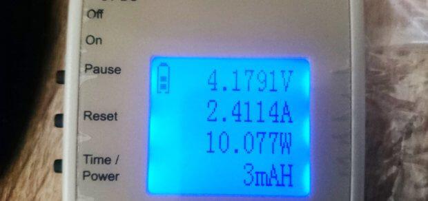 Fordert man 2,4 A zum schnellen Aufladen von Geräten, dann sinkt die Volt-Zahl. Im Durchschnitt kommt man auf 10 Watt.