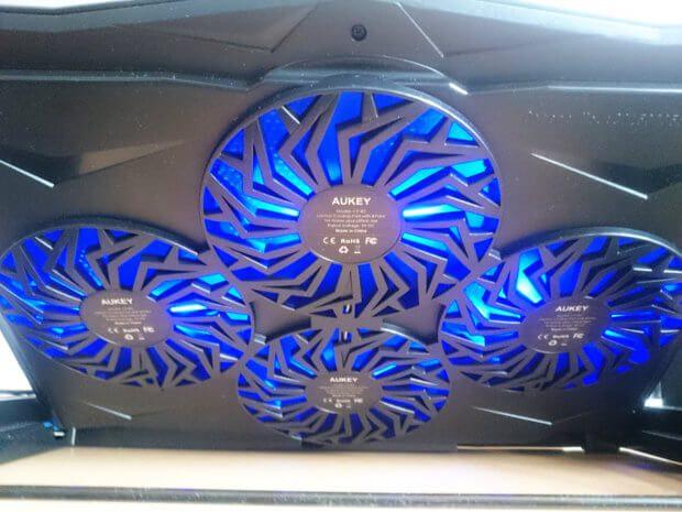 Rückseite beim Laptop Kühler Test: Lüftung läuft, blaue LEDs leuchten und Notebook wird cool ;)