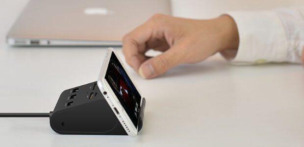 Das USB-Multifunktionsgerät für Apple Mac, Windows PC, Linux Computer und Co. hat auch eine Handy-Halterung.