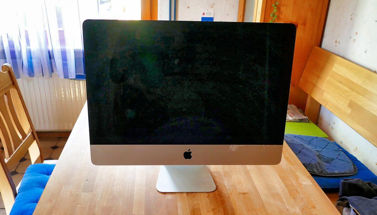 Der iMac 2013 wartet geduldig auf dem OP-Küchentisch auf den Start der Aktion (Fotos: Jürgen).
