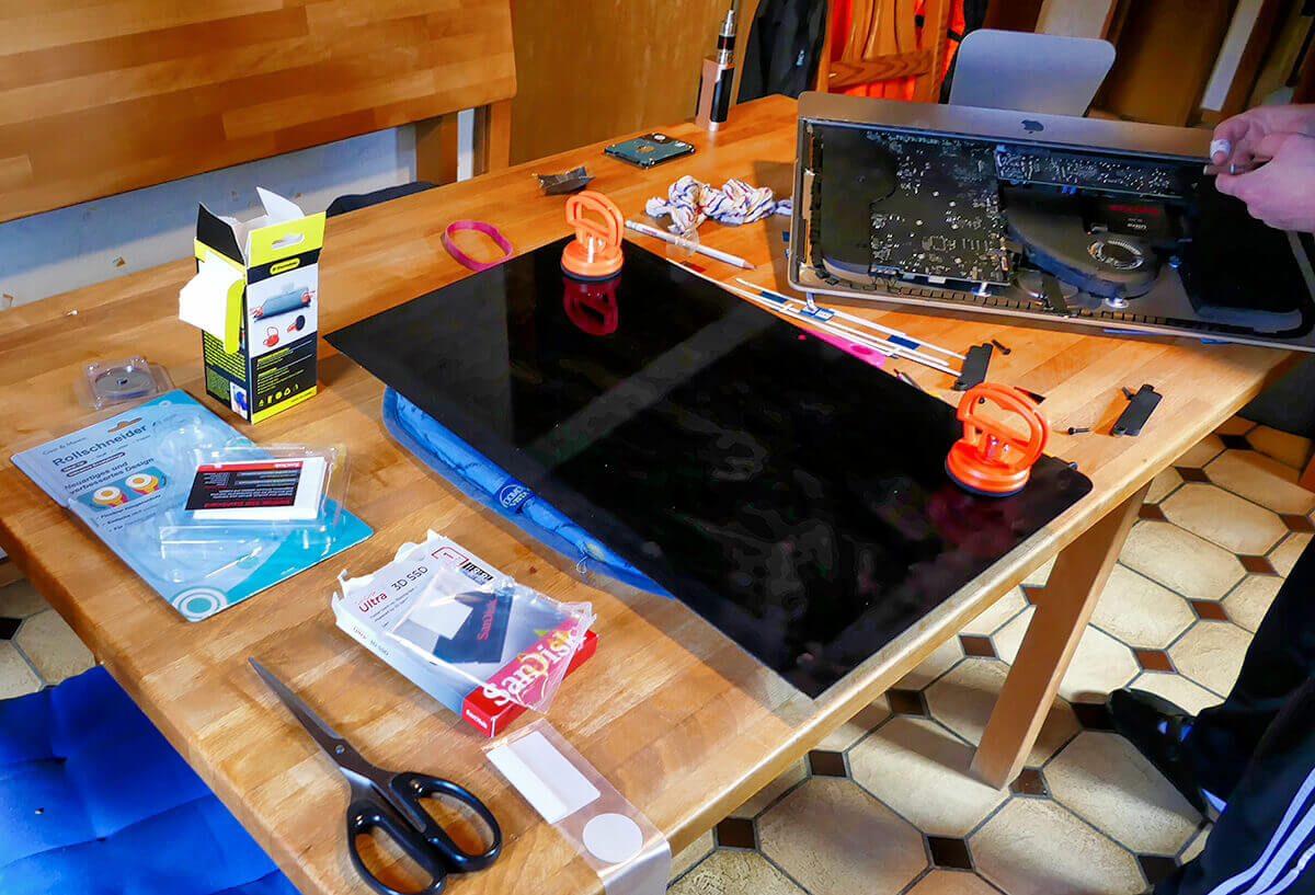 Der offene Patient. Es ist schon erstaunlich, wie wenig Elektronik in einem iMac steckt.
