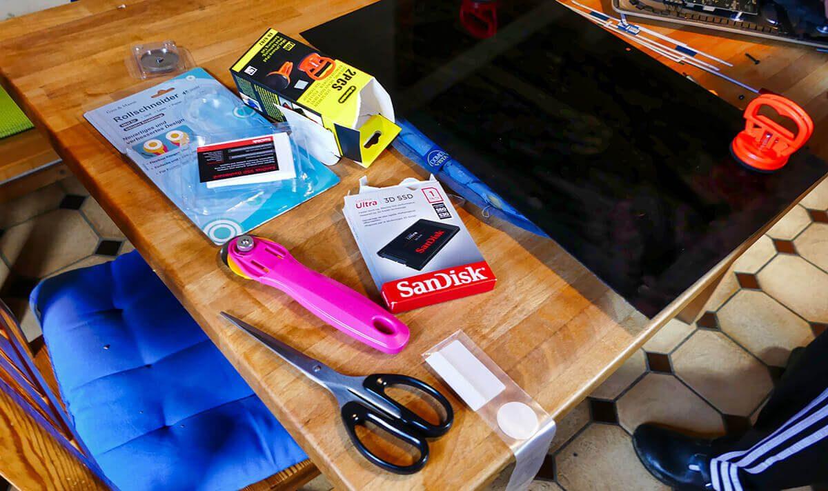 Hier sieht man alle Werkzeuge und Ersatzteile, die für den Einbau der SSD benötigt wurden.