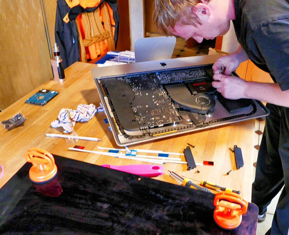 Hier sieht man die Saugnäpfe, mit denen das Display angehoben wurde und die Ersatz-Klebestreifen (weiss) mit denen das Display später wieder befestigt wird.