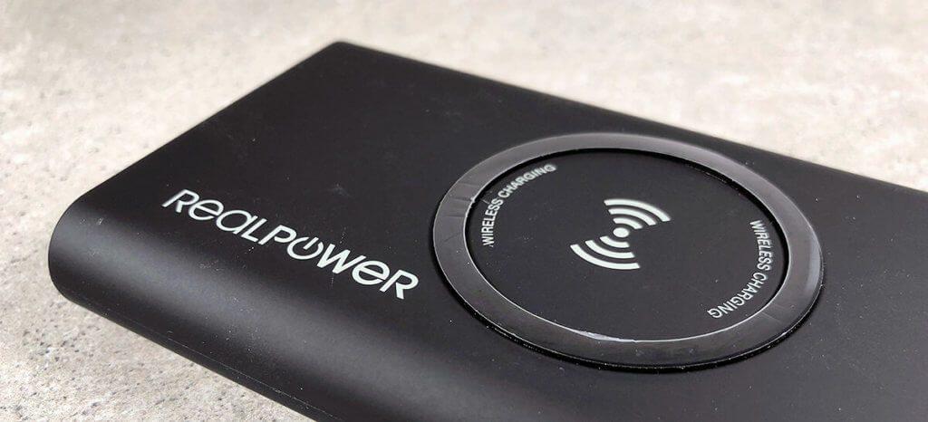 Beim kabellosen Laden unterstützt die RealPower PB-8000 den Qi-Standard und ist damit kompatibel mit den iPhone Modellen 8, 8 Plus und X.