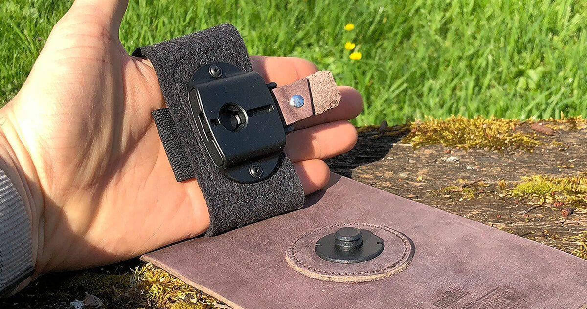 Hier sieht man die TabStrap-Handschlaufe und den Nupsi, der in den Mechanismus an der Handschlaufe einrastet. Eingebaute Magnete helfen beim Treffen und sicheren Zuschnappen.