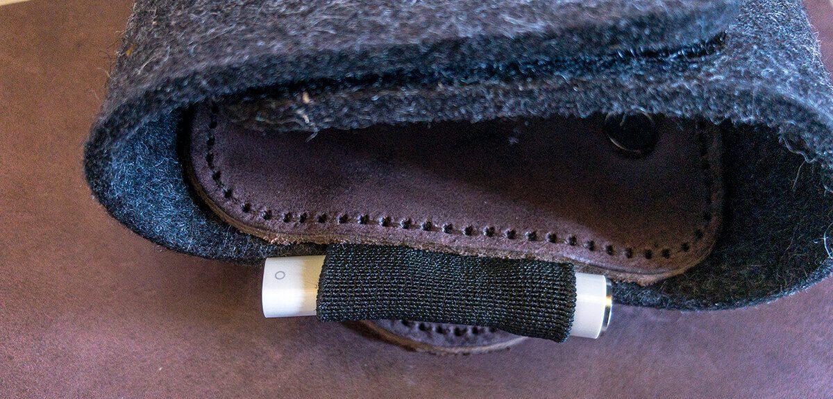 Die elastische Tülle, die eigentlich gedacht ist, um den Apple Pencil zu halten, kann man auch zweckentfremden und den Ladeadapter sowie die Kappe des Stylus reinstecken. Im Ernstfall würde ich sie aber weiter versenken, damit sie garantiert nicht rausfallen können.