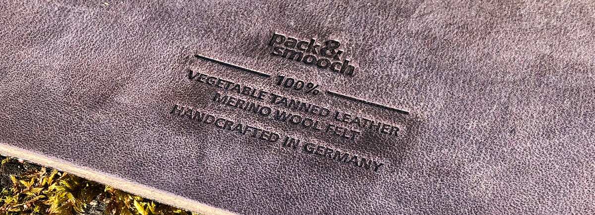 """""""vegetable tanned leather"""" heißt leider nicht, dass es vegetarisches Leder ist, sondern dass das Leder mit pflanzlichen Stoffen gegerbt wurde. Als Vegetarier hätte ich mich natürlich über """"vegetarisches Leder"""" noch mehr gefreut. ;-)"""