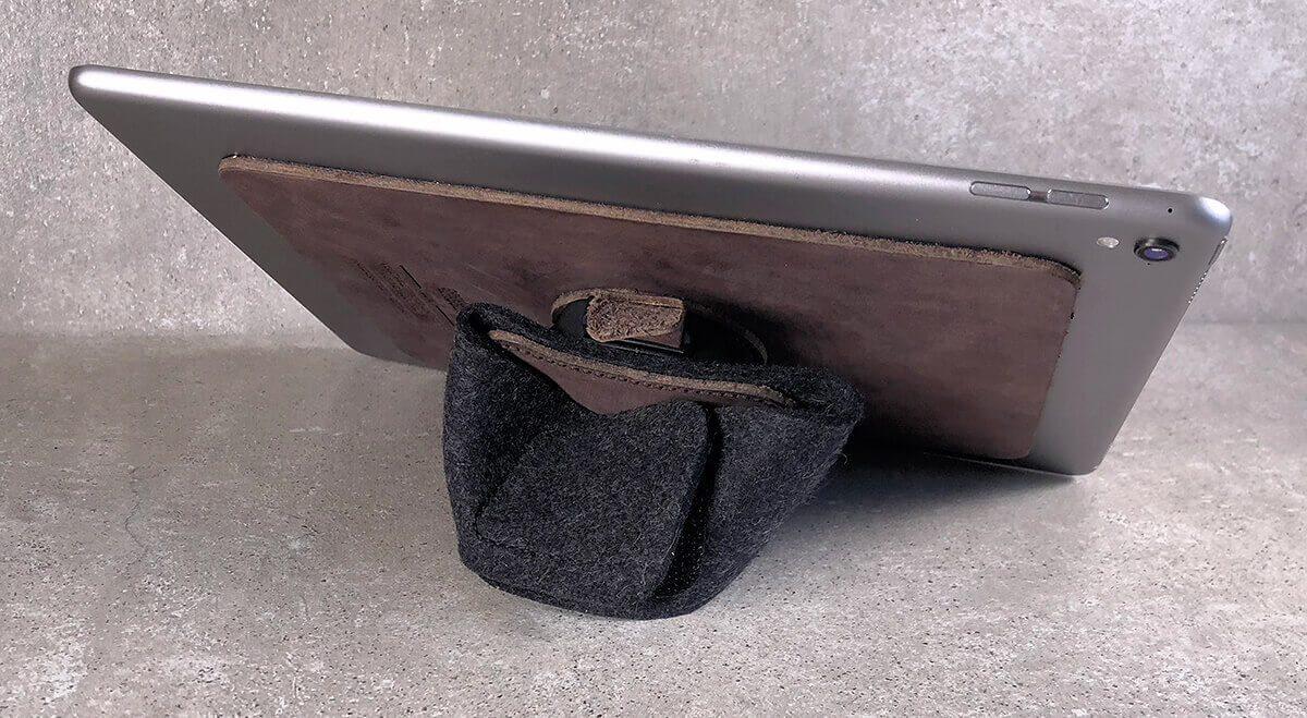 Durch ein einfaches Einknicken der Handschlaufe wird der TabStrap zum iPad-Ständer – viel Variation im Neigungswinkel hat man allerdings nicht.