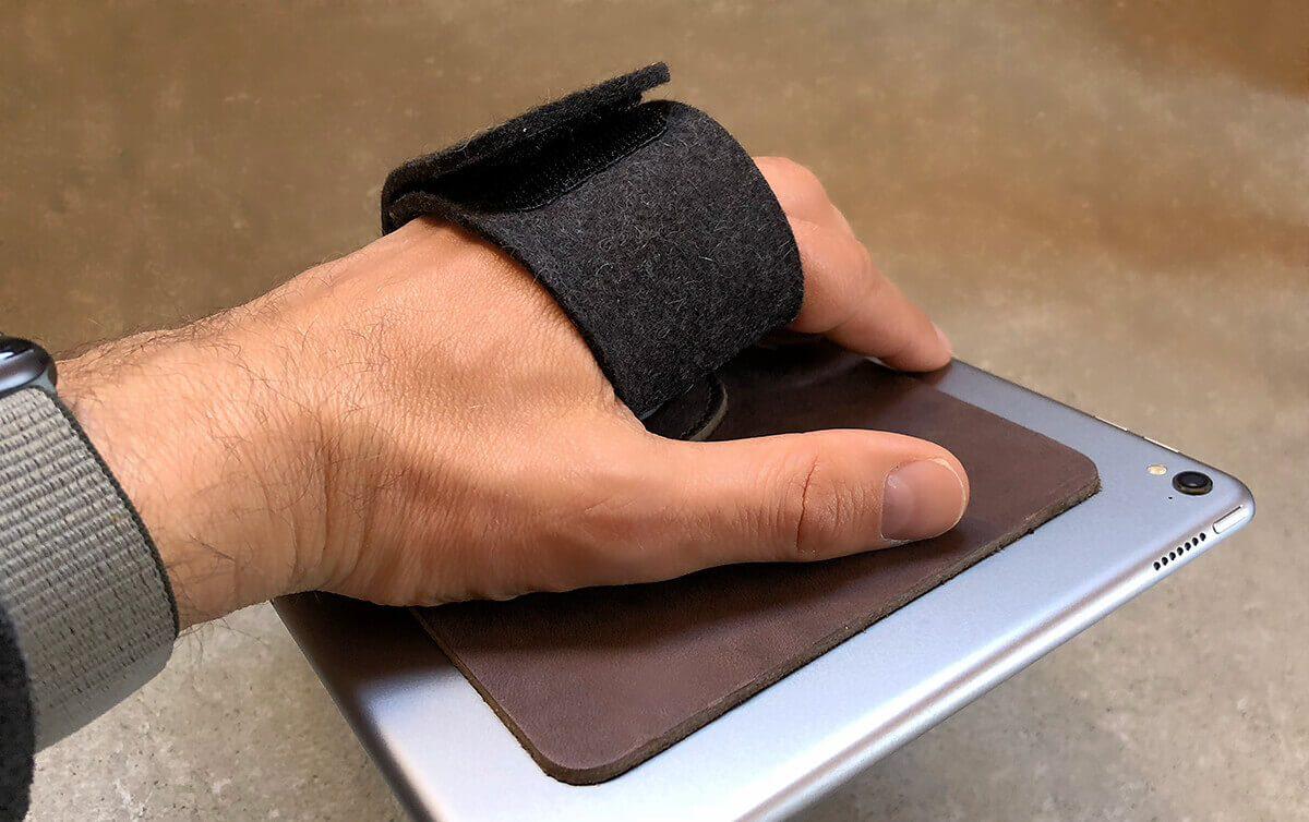 Wenn man die Handschlaufe schön eng einstellt, kann man das iPad entspannt mit einer Hand in beliebigen Positionen halten.
