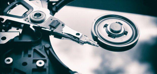 Eine HDD Festplatte zerstören und sie dauerhaft unlesbar machen - das geht nicht nur mit Überschreiben und Runterschmeißen, sondern vor allem per Hammer, Hitze und Säure.