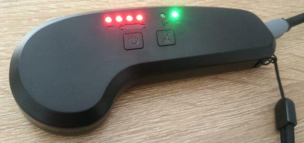 Der Controller beim Aufladen am mitgelieferten Kabel.