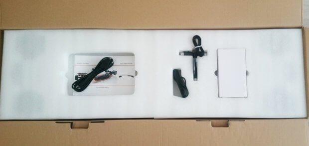 Als erstes sieht man: Bedienungsanleitung, Ladegerät, USB-Lightning-Kabel, Werkzeug und Fernbedienung.