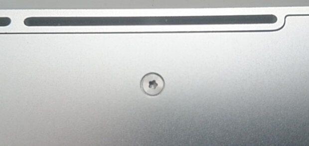 Ein Pentalobular Schraubenkopf an der Unterseite des Apple MacBook Pro 2012. Auch hier muss wie beim iPhone zum Öffnen / Reparieren ein Pentalob Schraubenzieher her. Bild: Sir Apfelot