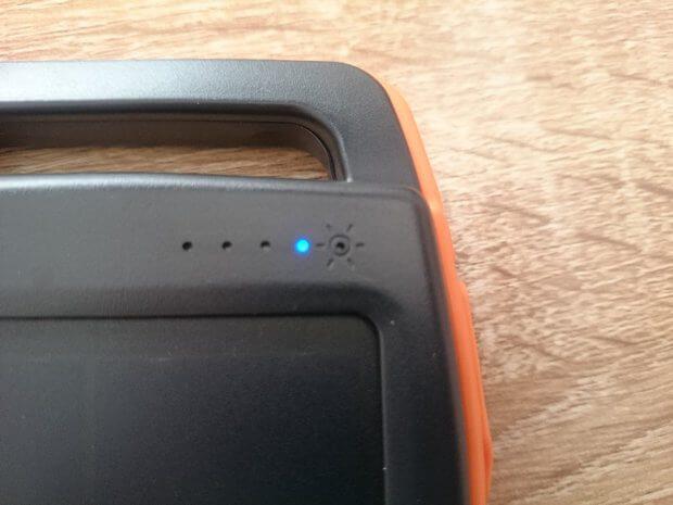 Beim Aufladen über den Micro-USB-Anschluss leuchten und blinken die blauen LEDs.