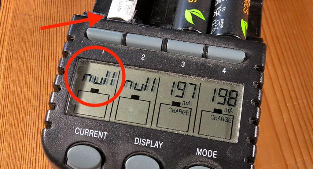 """Das TECHNOline BC700 quittiert defekte Akkus, die es nicht erkennt, mit der Meldung """"NULL"""". So auch meinen AAA-Akku nach der Tiefentladung (Fotos: Sir Apfelot)."""