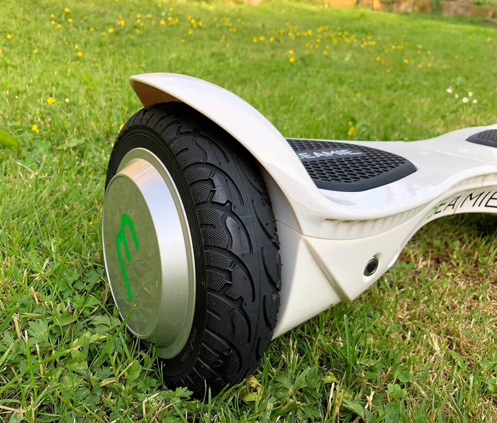 Man traut es den schmalen Reifen nicht zu, aber durch die Power der Motoren kommt man mit dem selbstbalancierenden Gerät ganz durch durch kurzgemähte Wiesen.
