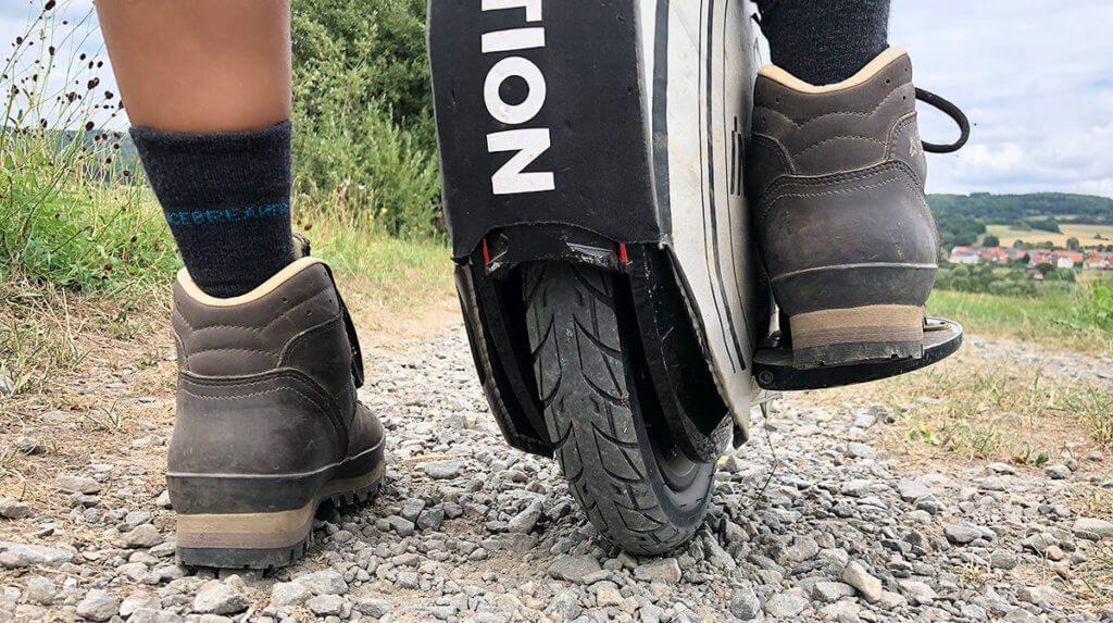 Das Inmotion V8 ist eine tolle Wahl für Einsteiger. Besonders die optionale Polsterung, die man über das Einrad ziehen kann, ist sein Geld wert, weil das Rad beim Lernen zwangsläufig durch die Gegend kullert. Und Bergschuhe sind anfangs auch sehr zu empfehlen. ;-)