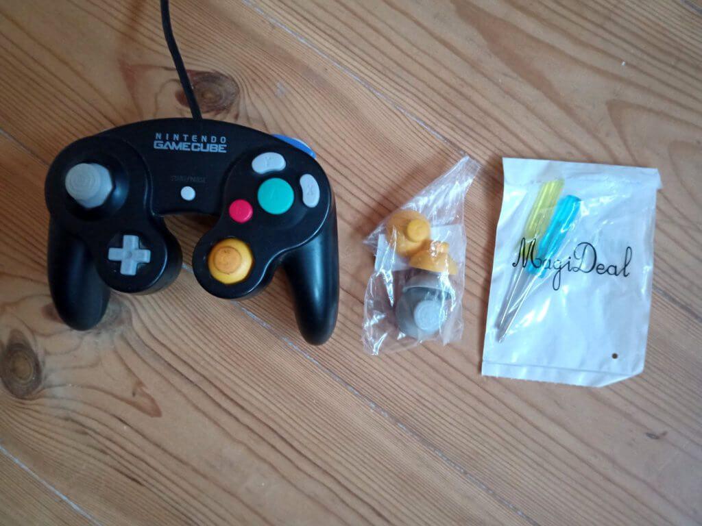 Um einen GameCube Controller Analogstick austauschen zu können, braucht man nicht nur Ersatzteile, sondern auch das richtige Werkzeug.