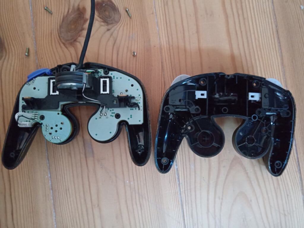 GameCube Controller aufschrauben - mit einem Y-Typ Tri-Wing Schraubenzieher geht das.