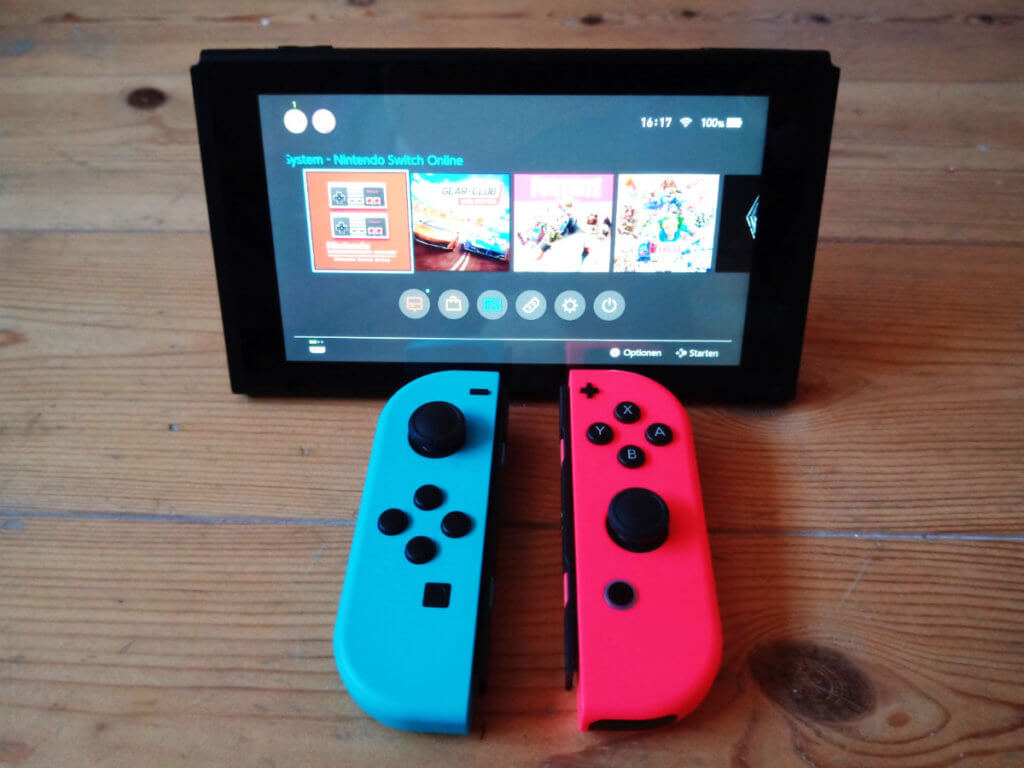 """Die Nintendo Switch im """"Tisch-Modus"""" mit abgenommenen Joy-Cons."""