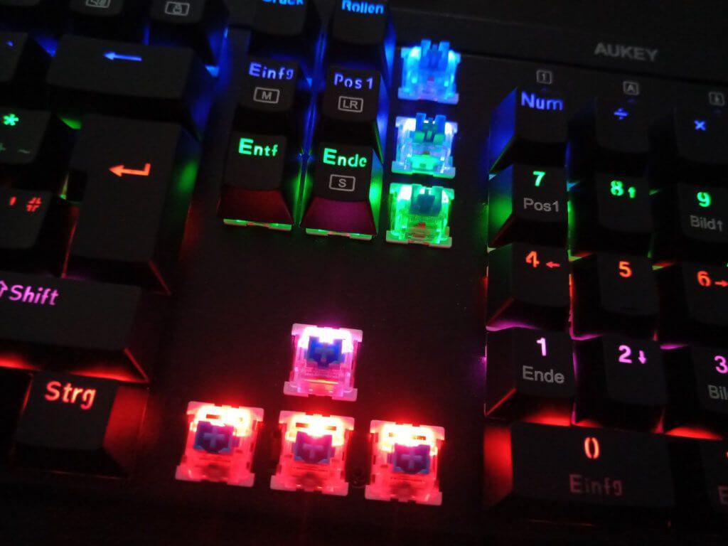 Die AUKEY KM-G6 Gaming Tastatur beleuchtet jede Taste individuell mit einer LED. So lassen sich auch eigene Hotkeys individuell hervorheben.