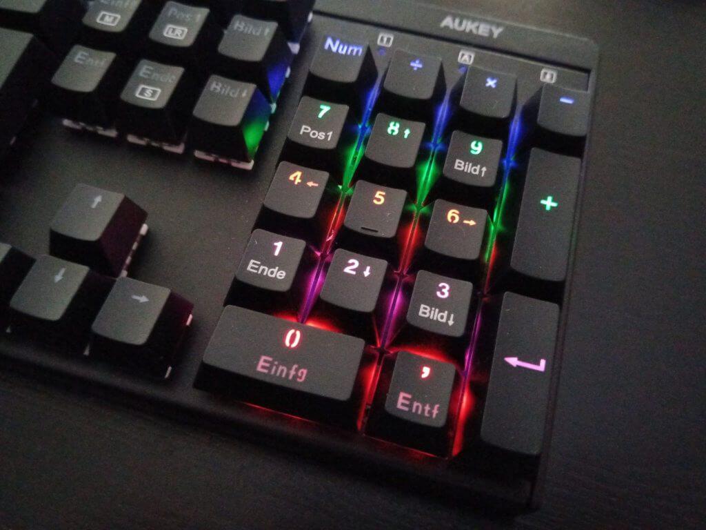 Anders als das zuvor getestete Modell bringt die AUKEY KM-G6 Tastatur einen Nummernblock mit - ebfalls beleuchtet.
