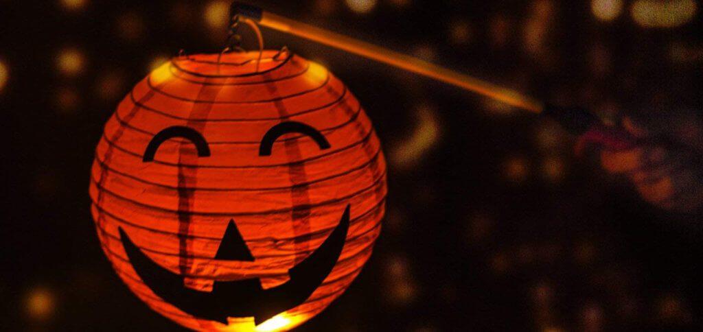 Ihr sucht einen Laternenstab mit LED für Kinder, mit dem der Lampion am Martinstag oder zu Halloween lange und sicher leuchtet? Dann geht mit dieser Laterne, und sie geht mit euch ;) Bild: Keten / Amazon