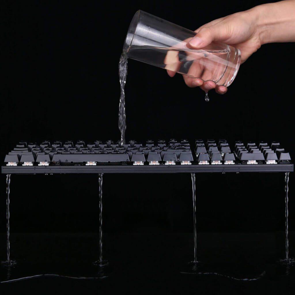 Diese Gaming-Tastatur mit mechanischen Tasten und LED-Beleuchtung ist wasserabweisend. Bild: AUKEY / Amazon