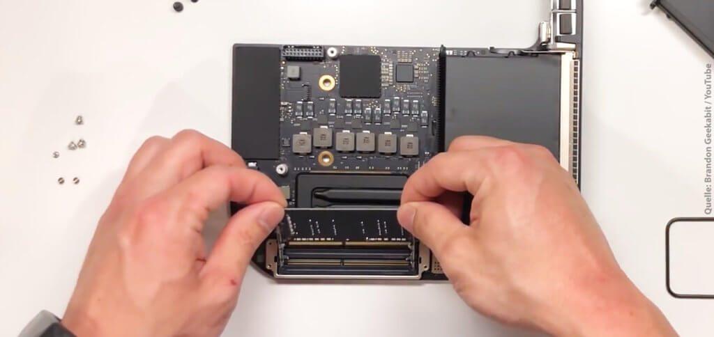 Ihr wollt den Apple Mac Mini 2018 RAM aufrüsten, um mehr Arbeitsspeicher nutzen zu können? Hier findet ihr die Schritt-für-Schritt- und Video-Anleitung dafür! Zudem habe ich euch passendes Werkzeug und RAM-Riegel verlinkt ;)