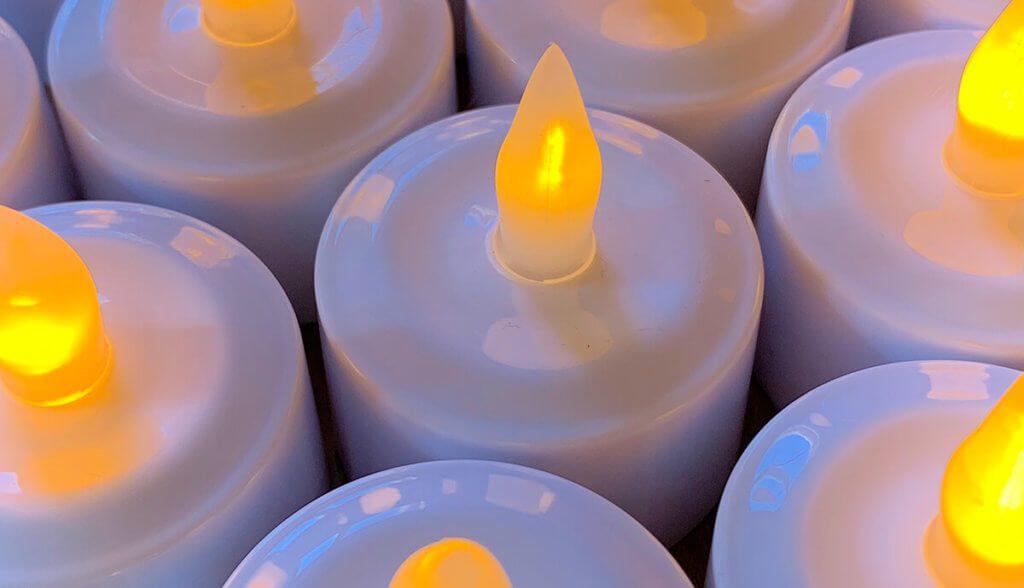 Die flammenlosen LED Kerzen verrichten ab jetzt bei mir ihren Dienst als Ersatz für echte Teelichter (Foto: Sir Apfelot).