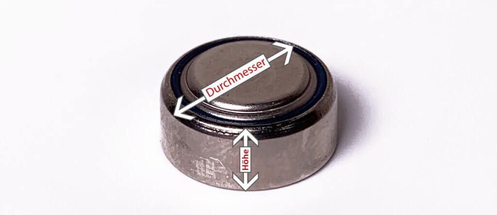 Um die passende Hörgerätebatterie zu ermitteln, muss man nur die Höhe und den Durchmesser der alten Knopfzelle ausmessen (Foto: Sir Apfelot).