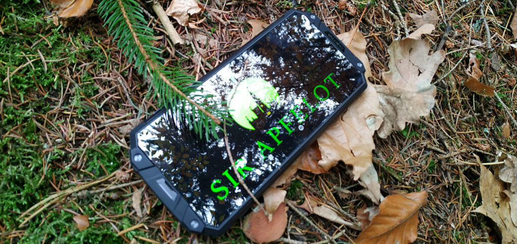 Das OUKITEL WP2 ist ein Outdoor-Smartphone mit Android 8 als Betriebssystem. Der robusten Bauweise macht der Waldboden nichts aus.
