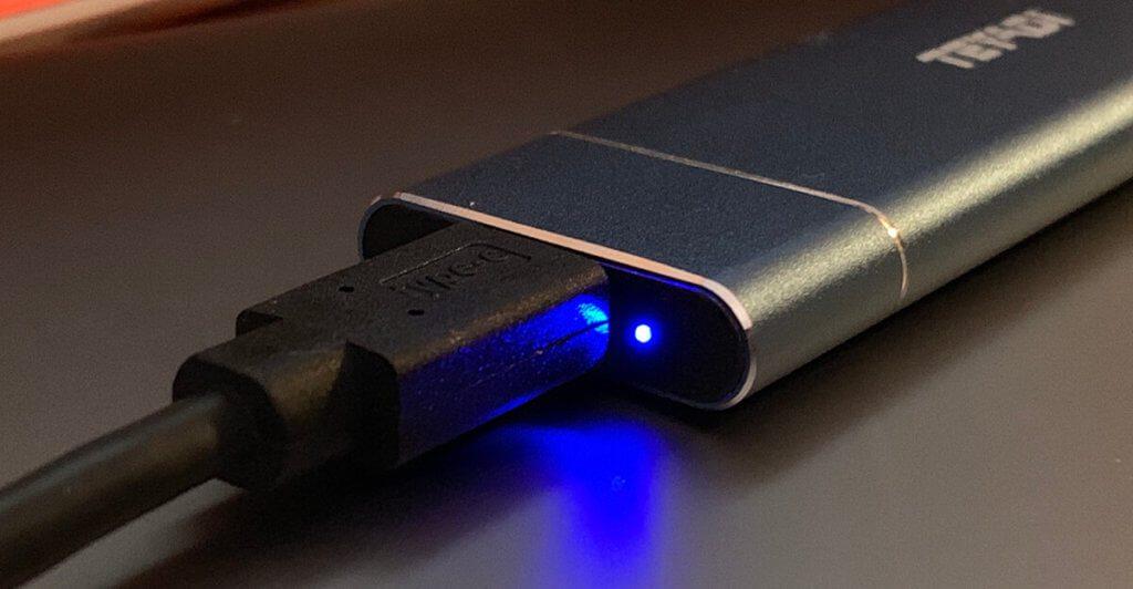 Mit einer kleinen LED zeigt die SSD ihre Betriebsbereitschaft an.