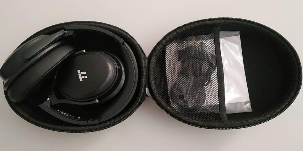 Die TaoTronics TT-BH22 Over-Ear-Kopfhörer lassen sich zusammenklappen und mit dem Zubehör (Ladekabel und Klinke-Kabel) in der Transportkapsel aufbewahren.