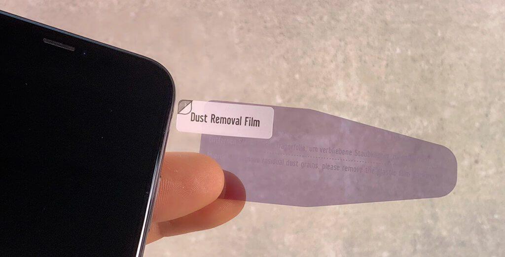 Mit diesem Klebefilm lassen sich kleine Staubkörnchen und Fusseln entfernen, bevor man das Displayschutzglas anbringt.