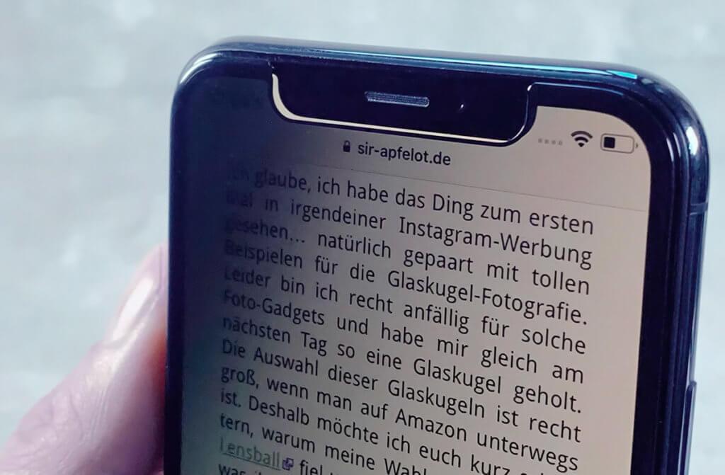 Kippt man das iPhone langsam zur Seite weg, merkt man, dass das Display sich langsam abdunkelt. Jedenfalls sieht es so aus – es bleibt natürlich an, aber das PrivacyGlass läßt keinen Einblick mehr zu..
