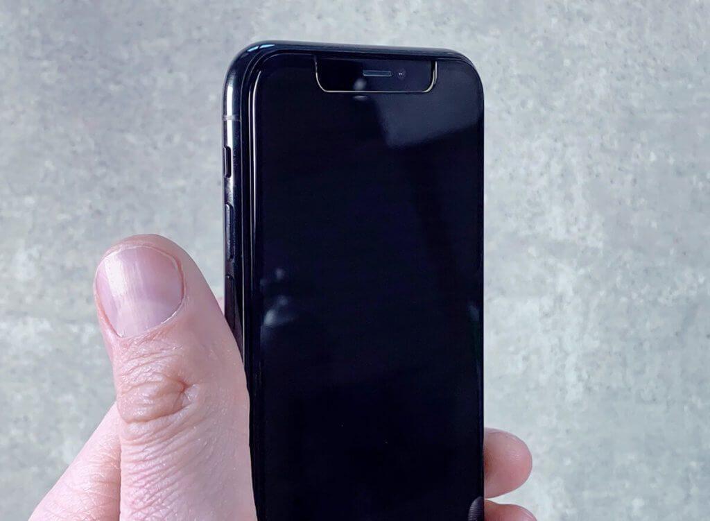 Sieht aus, als wäre das Display ausgeschaltet, aber es ist an. Ab einem bestimmten Winkel wird der Bildschirminhalt unsichtbar und man sieht nur noch einen schwarzen Bildschirm von der Seite.
