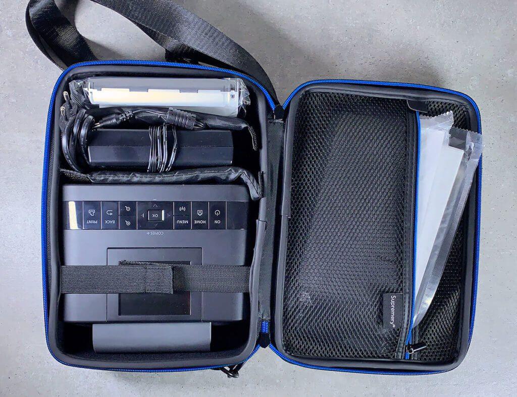 Durch die Tasche von Supremery ist der Selphy CP1300 transportabel und man hat alle wichtigen Teile immer dabei.