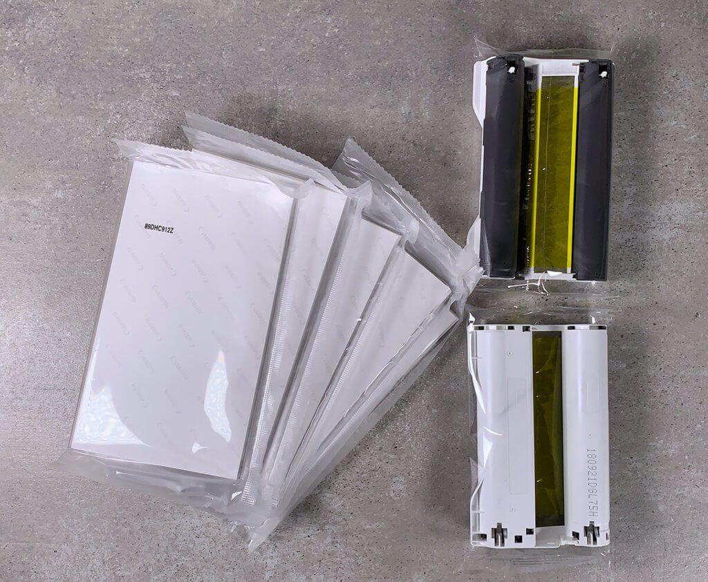 Inhalt des Sets Canon RP-108: 6 Packen Fotopapier (insgesamt 108 Blatt) und zwei Druckerkartuschen, die für die ganzen Ausdrucke reichen.